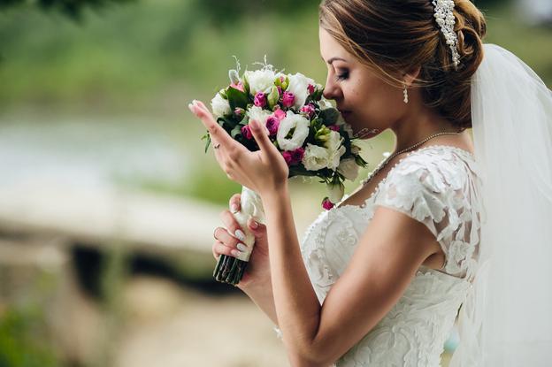 mulher usando vestido de noiva