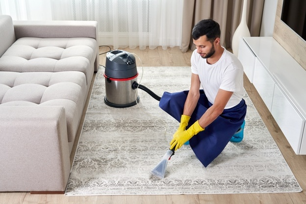 homem fazendo limpeza de como tirar odor de tapete