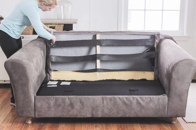mulher fazendo reforma de sofá